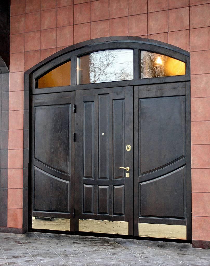 двери с деревянной отделкой