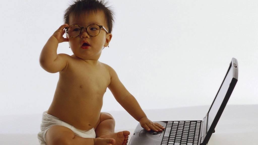 малыш с ноутбуком